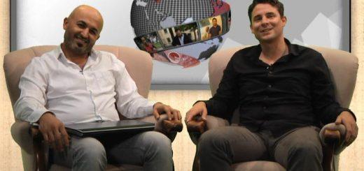 Die beiden Moderatoren sitzen im virutellen Studio im Sessel