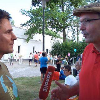 Der Moderator befragt einen Politiker, Klaus Rees